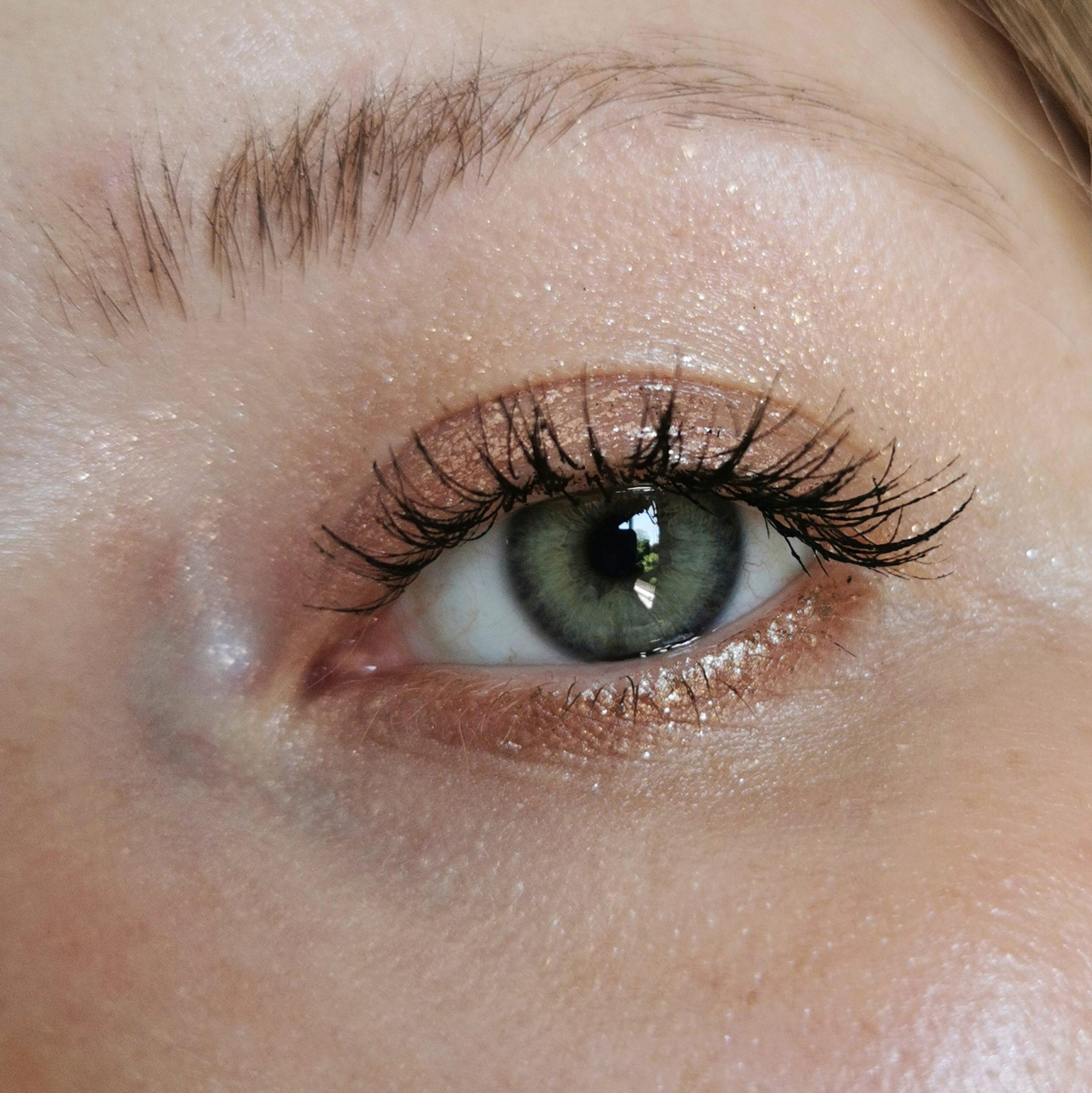 Gold eyeshadow look